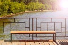 Bench sul pilastro, la stazione della barca, bello posto immagine stock libera da diritti