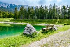 Bench vicino al lago nelle montagne delle alpi - Tirolo, Austria Almsee Fotografie Stock