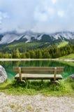 Bench vicino al lago nelle montagne delle alpi - Tirolo, Austria Almsee Fotografie Stock Libere da Diritti