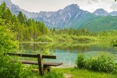Bench vicino alle montagne ed al lago delle alpi in Almsee in Austria Immagini Stock Libere da Diritti