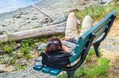 bench vilande kvinnabarn arkivfoton