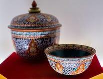 Bencharong瓷、碗和被盖的瓶子,泰国艺术 免版税库存图片