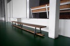 Benche di legno vuoto a scuola Tribuna nella palestra per i fan delle partite con i sedili di legno vuoti Stile di vita, gioco e  fotografia stock