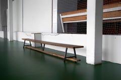 Benche di legno vuoto a scuola Tribuna nella palestra per i fan delle partite con i sedili di legno vuoti Stile di vita, gioco e  fotografia stock libera da diritti