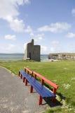 Benches beskådar av Ballybunion slottstrand och klippor Arkivfoton