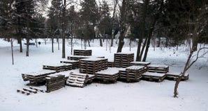 benches staden räknad stads- vinter för liggandesnowtrees Arkivfoto