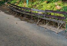 Benchs do metal e da madeira na estrada foto de stock royalty free