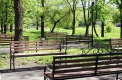 Benchs in een openbare tuin wacht vakantiegangers Stock Fotografie