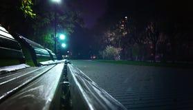 Benchs vazios no bulevar da cidade, avenida Aleia na rua nevoenta na noite fotos de stock royalty free