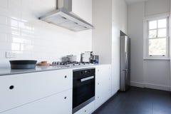 Benchtop branco limpo monocromático da cozinha com dispositivos imagens de stock royalty free