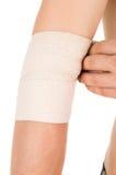 Bendaggio del gomito con una fasciatura elastica Immagini Stock Libere da Diritti