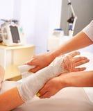 Bendaggio del paziente in ospedale. Fotografie Stock