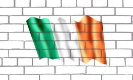 Bendera Irlanda en pared de labrillos. The national flag of Ireland – frequently referred to as the Irish tricolour – is the national flag and ensign of the Stock Photos