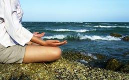 Übendes Yoga der jungen Frau Stockfotos