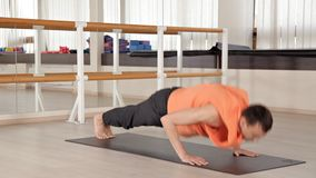 ?bendes Yoga der jungen Yogasport-Leute, trainierend, Sportkleidung, das Konzept des Wohls am Yoga Studio stock video