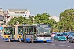 Bendi-Bus auf Chang An Avenue, Peking, China Lizenzfreie Stockfotos