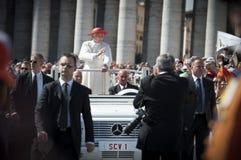 Bendición de papa Benedicto XVI con los protectores Fotografía de archivo