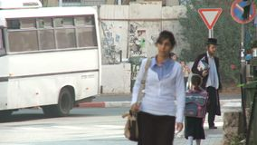 Bene Beraque Israel, cerca de 2011 - rua movimentada com passeio ortodoxo dos judeus video estoque