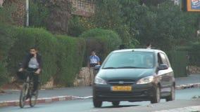 Bene Beraque Israel, cerca de 2011 - rua movimentada com passeio ortodoxo dos judeus vídeos de arquivo