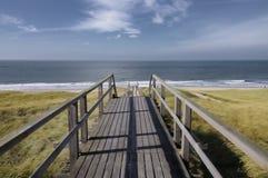 Beneden aan de oceaan met zachte blauwe hemel Royalty-vrije Stock Foto