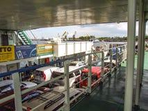 Benedendek die van Bielik-veerboot auto's en passagiers vervoeren tussen de eilanden van Wolin en Uznam-in Polen Stock Afbeeldingen
