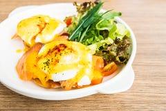 benedict eggs курят семги, котор Стоковая Фотография
