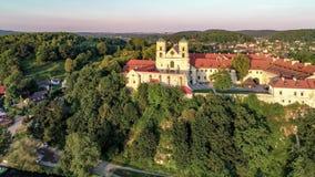 Benedictineabdij en kerk in Tyniec dichtbij Krakau, Polen, en Vistula-Rivier stock footage