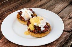 Benedicto eggs con la salsa curruscante del tocino y del hollandaise en Maffin tostado imagen de archivo libre de regalías
