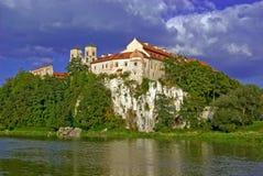 Benediktiner-Abtei in Tyniec gegen einen blauen Himmel Lizenzfreie Stockbilder