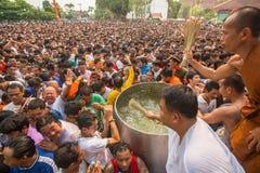 Benedizione con acqua santa dei partecipanti Wai Kroo Fotografia Stock