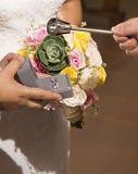 Benedizione delle fedi nuziali durante la celebrazione di nozze in chiesa fotografia stock libera da diritti