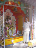 Benedizioni d'offerta Ganesh Altar di pujari del tempio di Trayabakeshwar Immagini Stock