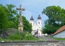 Benedyktynki Tihany opactwo w Węgry, z kamienia krzyżem Chrystus Fotografia Stock