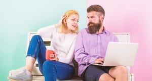 Benefícios autônomos O homem trabalha como as tecnologias do Internet peritas em autônomo Chá ou café de sorriso da bebida da car imagens de stock royalty free