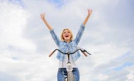 Benefícios mentais superiores do ciclismo A mulher aprecia a liberdade ao montar Bicycling diário fá-lo mais feliz Passatempo Bic imagens de stock royalty free