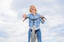 Benefícios mentais superiores do ciclismo A mulher gosta de montar a bicicleta Pode bicycling diário para fazê-lo mais feliz A me imagens de stock