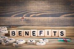 benefici Lettere di legno sui precedenti informativi e di comunicazione della scrivania, Immagini Stock
