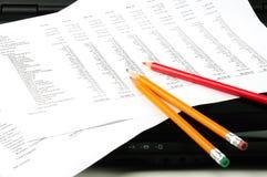 Beneficio y pérdida, computadora portátil, lápices Foto de archivo libre de regalías