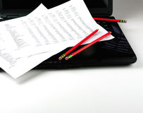 Beneficio y pérdida, computadora portátil, lápiz rojo Fotos de archivo libres de regalías