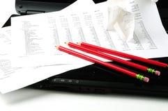 Beneficio y pérdida, computadora portátil, lápiz rojo Foto de archivo libre de regalías
