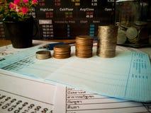 Beneficios financieros del crecimiento y de la inversión con conceptos financieros fotos de archivo