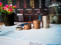 Beneficios financieros del crecimiento y de la inversión con conceptos financieros fotos de archivo libres de regalías