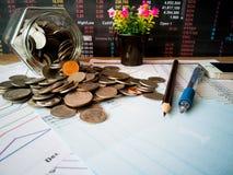 Beneficios financieros del crecimiento y de la inversión con conceptos financieros imagenes de archivo