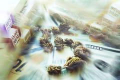 Beneficios grandes del ` s de la marijuana con la muestra de dólar hecha fuera de Bud With Stacks Of Money con las nubes de alta  imágenes de archivo libres de regalías