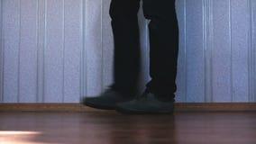 Benen die op de vloer gaan stock footage