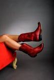 Benen die Rode Laarzen dragen Stock Afbeeldingen