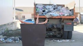 Benen die uit de vuilnisbak plakken