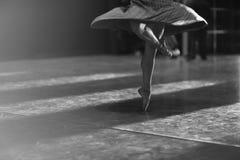 Benen die van ballerina in pointe dansen stock afbeeldingen