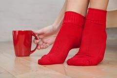 Benen die van jonge vrouw sokken dragen Stock Foto