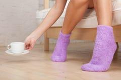 Benen die van jonge vrouw sokken dragen royalty-vrije stock foto's